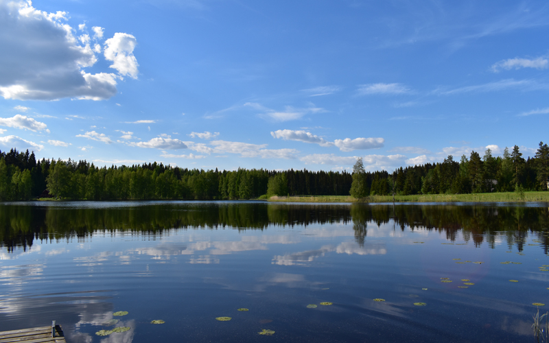 Järvimaisemaa Kallio-mökin laiturilta.