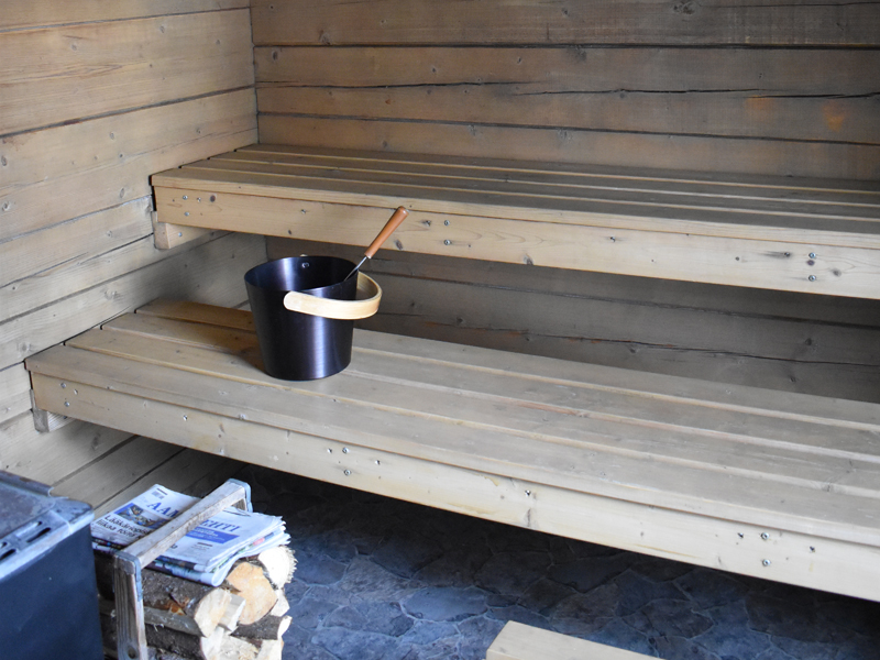 Kallio-mökin saunan tunnelma syntyy luonnonvalosta.