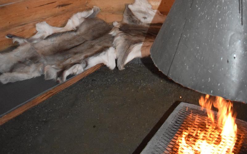 Porontaljat lämmittävät mukavasti kodan laveripenkeillä.