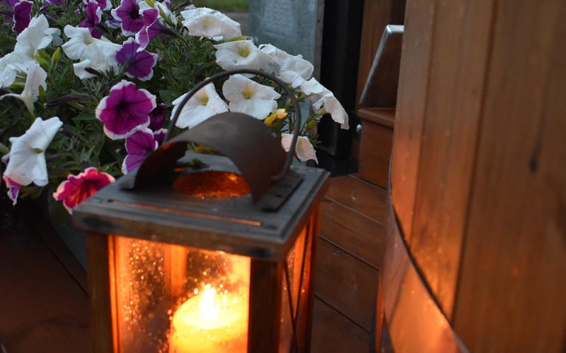 Kynttilälyhty luo tunnelmaa hämärtyvään kylpyiltaan.