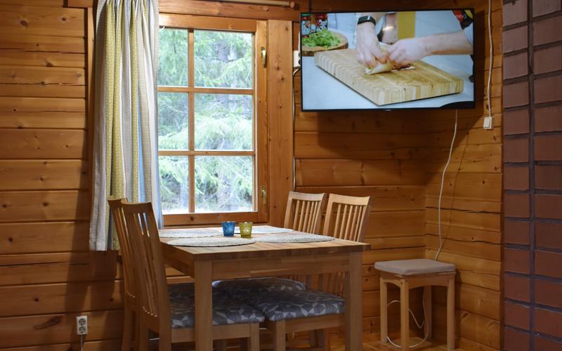 Lehtolan ruokailutilan ikkunasta näkee suoraan luontoon ja aamupalalla voi seurata aamun uutisia.