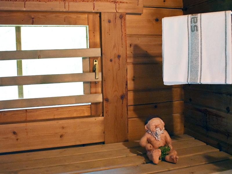 Saunatonttu huolehtii saunan tunnelmasta.