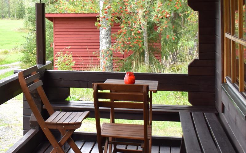 Lehtolan terassilla voi vilvotella saunomisen lomassa omassa rauhassa..