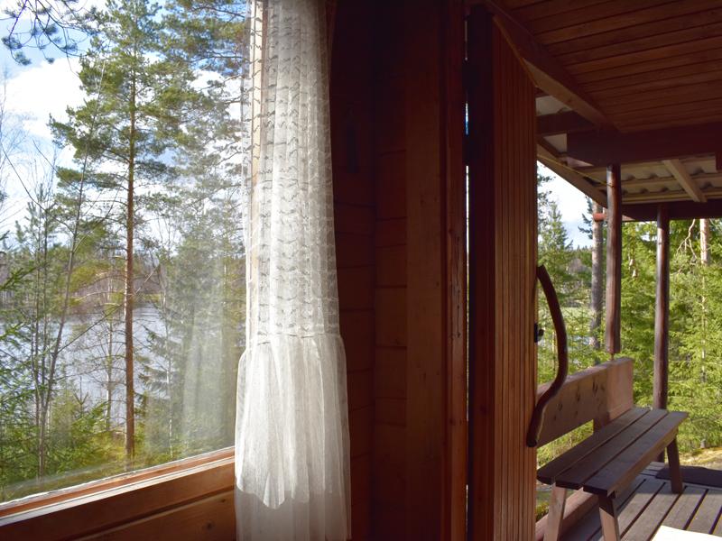 Saunan ikkunasta näkee suoraan järvelle.