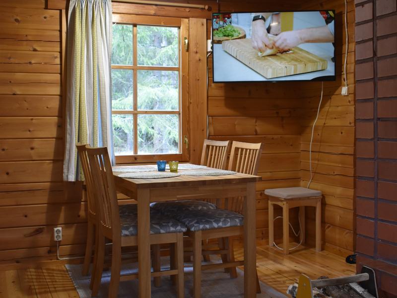Ruokailutilan ikkunasta voi seurata metsäluonnon elämää.